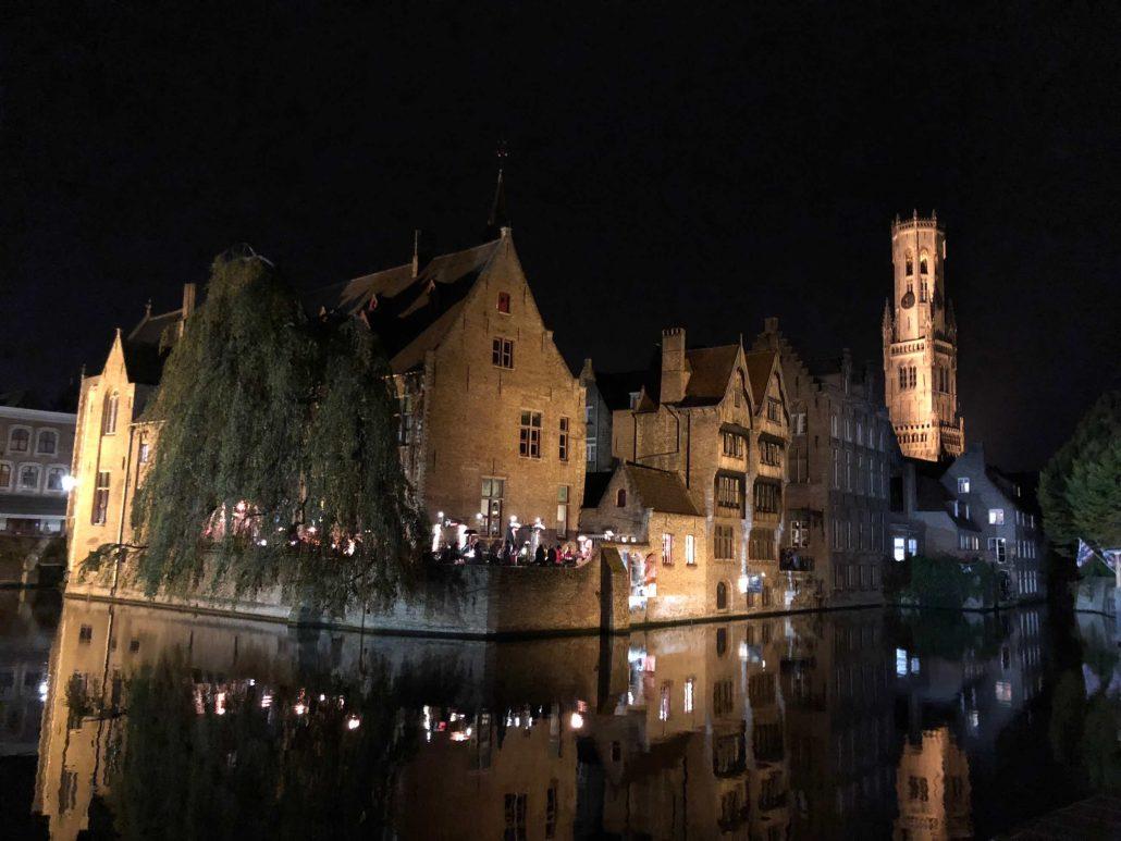 Brugge- şehrin gece görünümü