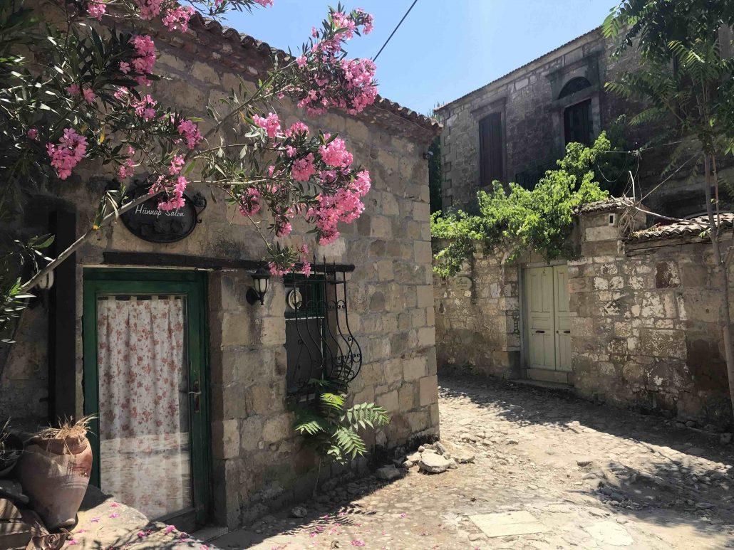 adatepe gezilecek yerler - köy sokakları