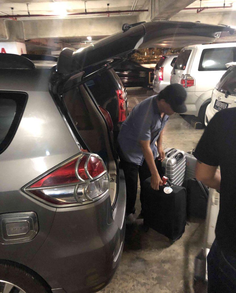 Bali'de havaalanından tuttuğumuz şöför ve arabası